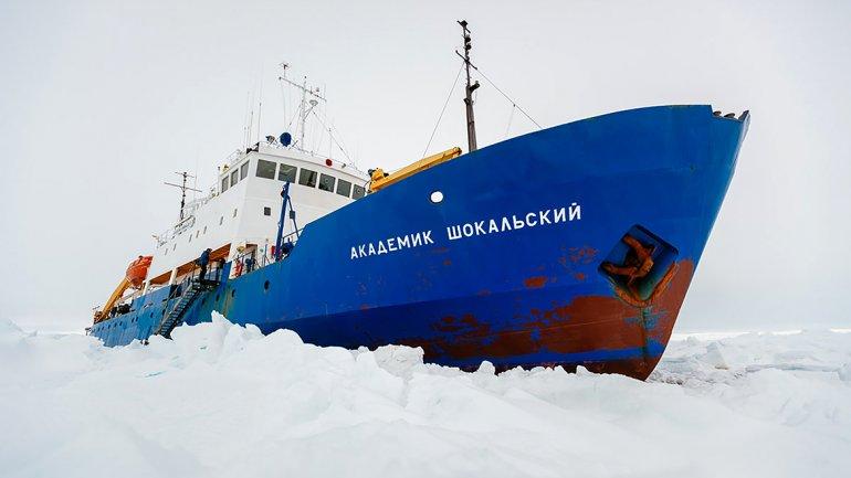 El buque ruso AkademikShokalskiy, con 22 tripulantes y 52 pasajeros a bordo, entre científicos yturistas está varado desde el 24 de diciembre.