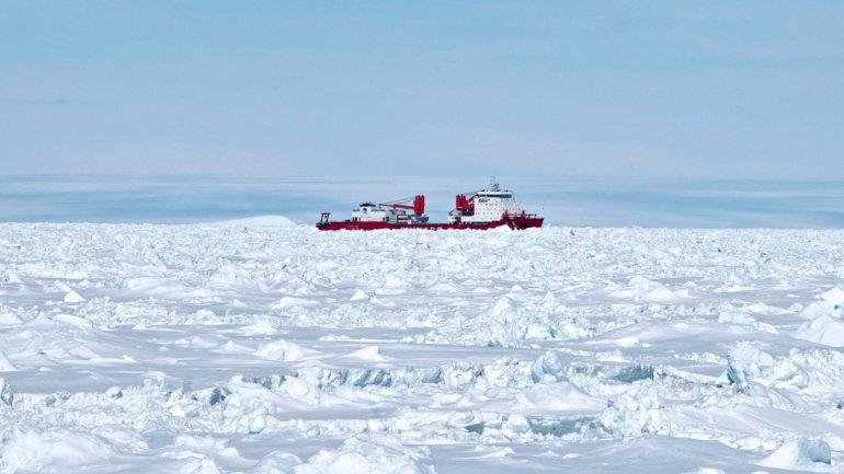 El buque estaba varado en una zona situada a unas 100 millas náuticas al este de la base francesa Dumont d´Urville.