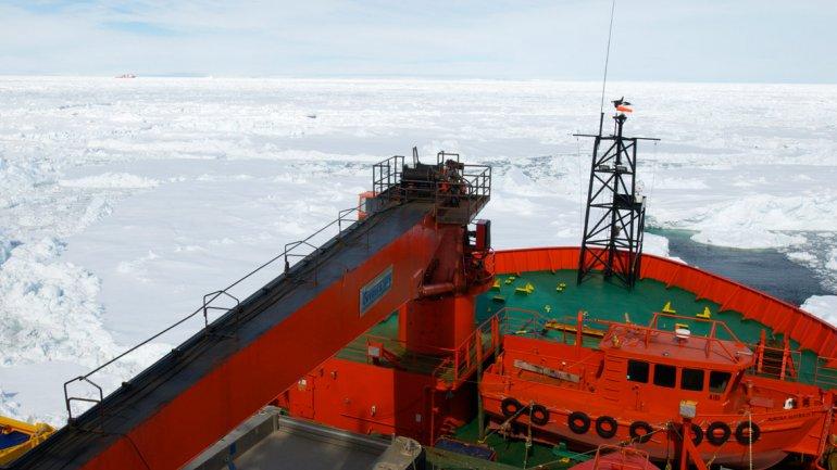 El buque ruso rememoraba la expedición que efectuó hace un siglo el explorador Douglas Mawson en la Antártida y que ofreció el primer estudio completo del continente helado.