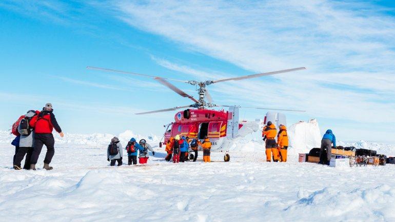 Elhelicóptero chino llegó al Shokalskiy, escribió en un tuit ChrisTurney, jefe de la expedició de rescate