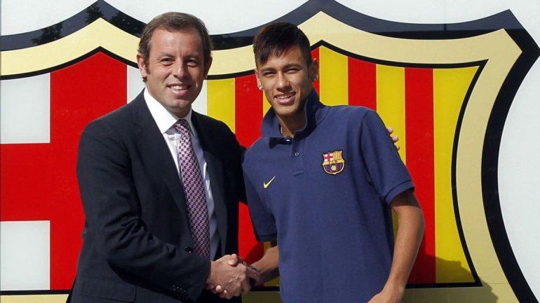 Neymar junto al ex presidente Sandro Rosell durante su presentación en Barcelona