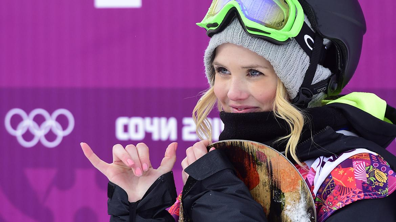 La noruega Silje Norendal espera los resultados de la prueba de Snowboard Slopestyle.