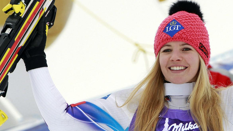 Tina Weirather de Liechtenstein celebra su segundo lugar en el podio después de la competencia de esquí.