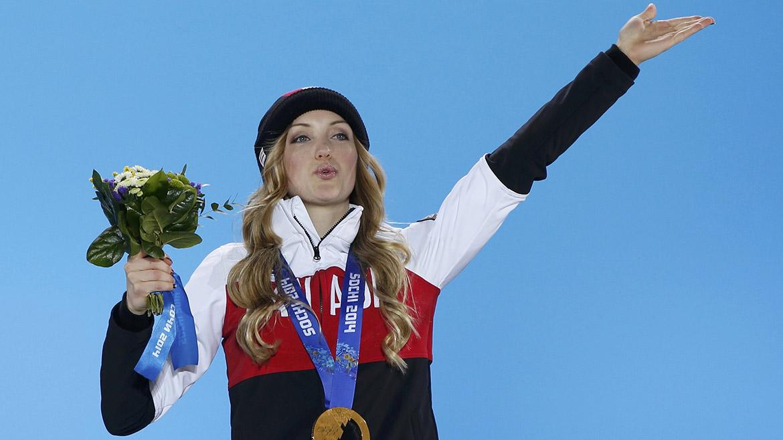 La canadiense Justine Dufour-Lapointe recibe la medalla de oro de esquí estilo libre.