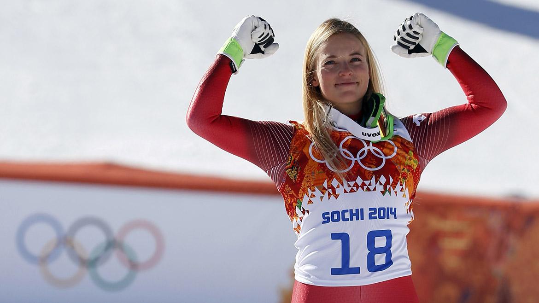 La suiza Lara Gut festeja el tercer puesto de esquí alpino.