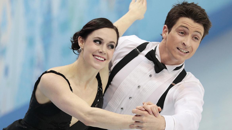 Tessa Virtue junto a Scott Moir durante la competencia de danza sobre hielo