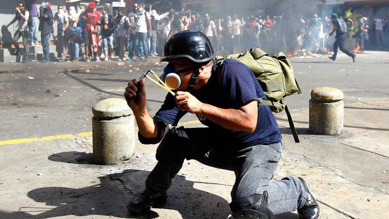 Los manifestantes respondieron a las agresiones pertrechados con recursos caseros