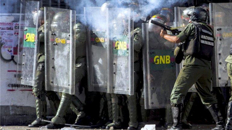Un grupo policial lanza gases lacrimógenos contra los manifestantes