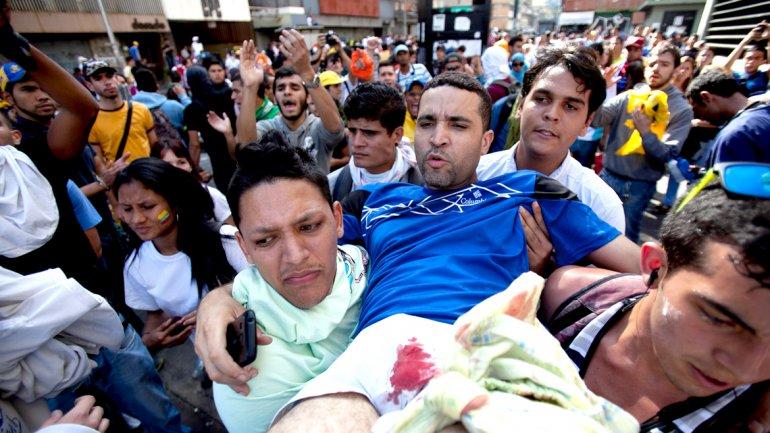 Otro de los heridos por los grupos parapoliciales que llegaron en motos para reprimir a los manifestantes