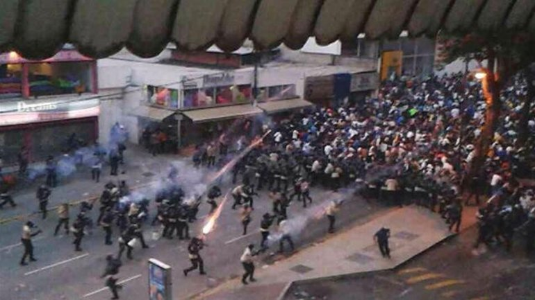 Vzla represión en Caracas la Policía dispara perdigones a