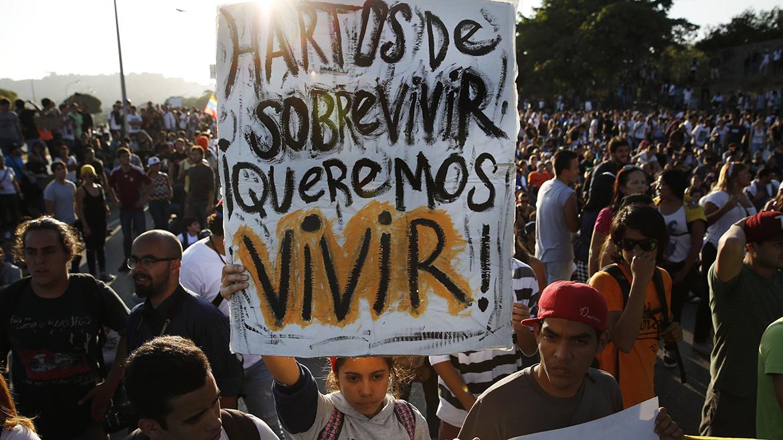 Manifestantes de la oposición bloquean la carretera principal de la ciudad durante una protesta contra el gobierno de Nicolás Maduro, en Caracas