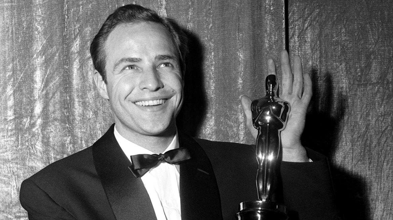 Marlon Brando, fallecido en 2004 en Los Ángeles, fue nominado a los premios Oscar 8 veces y salio victorioso en dos oportunidades. Pero rechazó el último premio a mejor actor por El Padrino debido al trato que recibían los indígenas en los EEUU