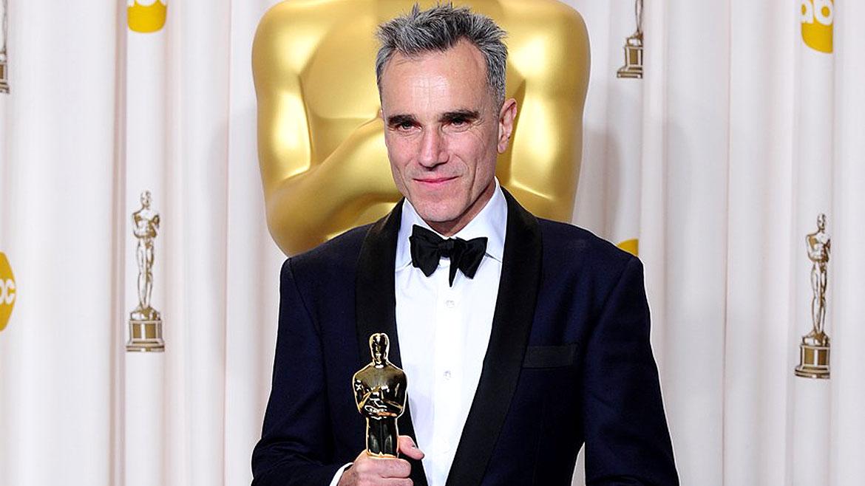 Daniel Day-Lewisesel único actor que tiene tres premios Oscar como mejor actor principal: Mi pie izquierdo (1989), Petróleo Sangriento (2007) y Lincoln (2013).Además, recibió dos Globos de Oro, cuatro premios BAFTA y tres premios SAG