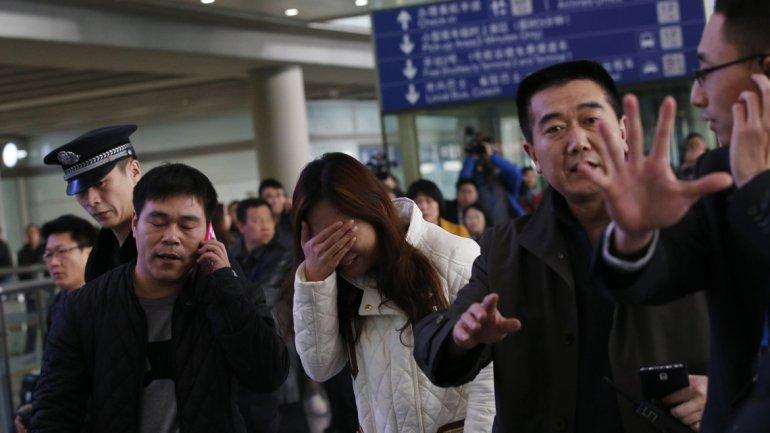 Familiares de algunos de los pasajeros del avión esperan novedades en el aeropuerto de Pekín