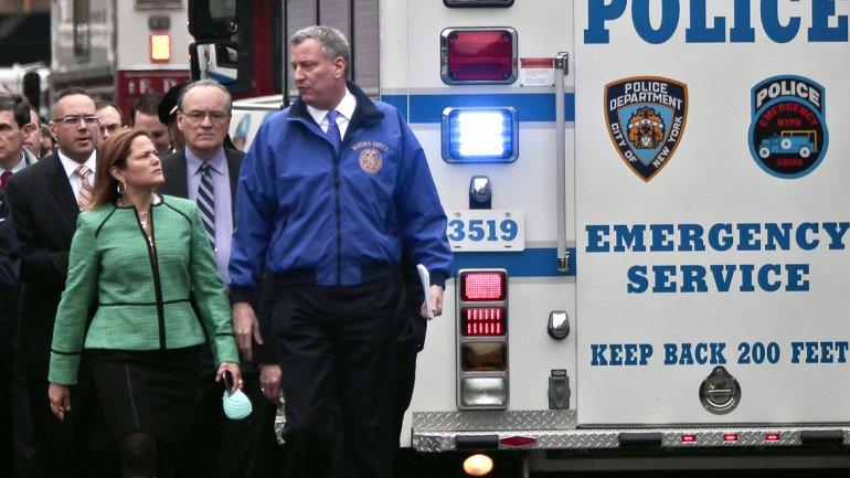 La concejal Melissa Mark-Viverito junto al alcalde Bill De Blasio, en la zona de la tragedia