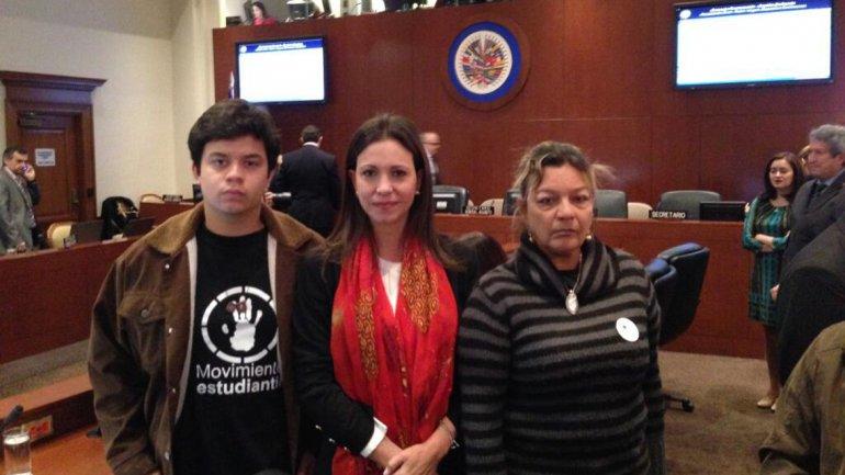 La diputada María Corina Machado acompañada por el estudiante Carlos Vargas y Rosa Orozco, madre Geraldine Moreno, estudiante fallecida durante las protestas en Valencia.