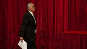 El primer ministro malasio,Mohd Najib Tun Razak, informa a la prensa que el avión de Malaysia Airlines ha caído al mar