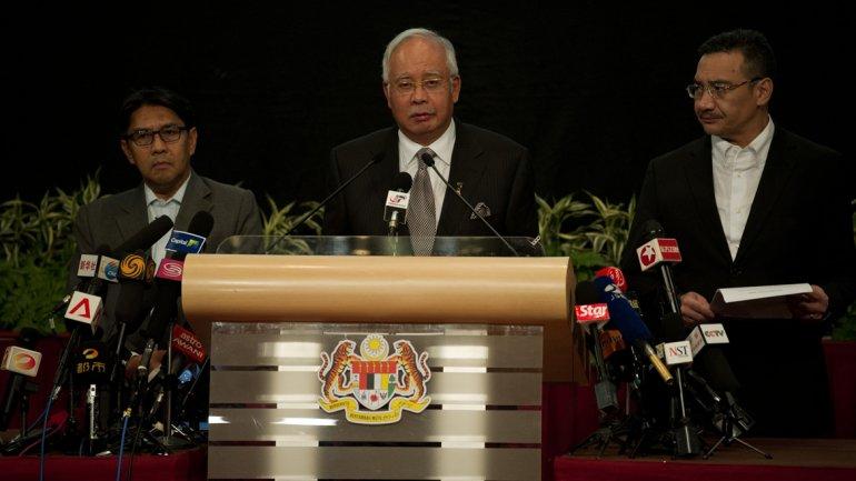 El primer ministro de Malasia anunció en conferencia de prensa que el avión cayó en el Océano Índico