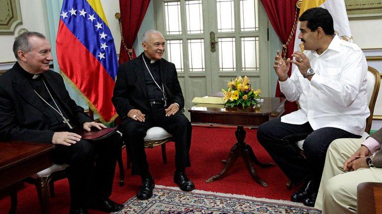 El cardenal Pietro Parolin, sentado a la izquierda, dialoga con el presidente de Venezuela, Nicolás Maduro, como nuncio apostólico.