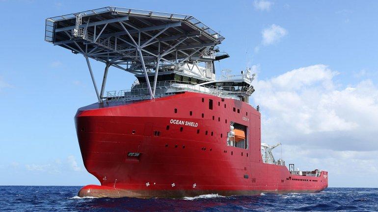 El buque HMAS Ocean Shield, con el rastreador de la caja negra montado en su cubierta