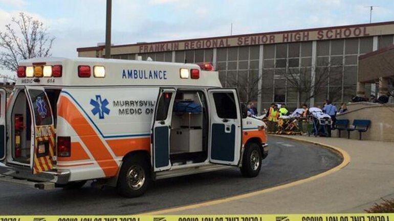 Las ambulancias llegaron a la escuela para atender a los adolescentes heridos