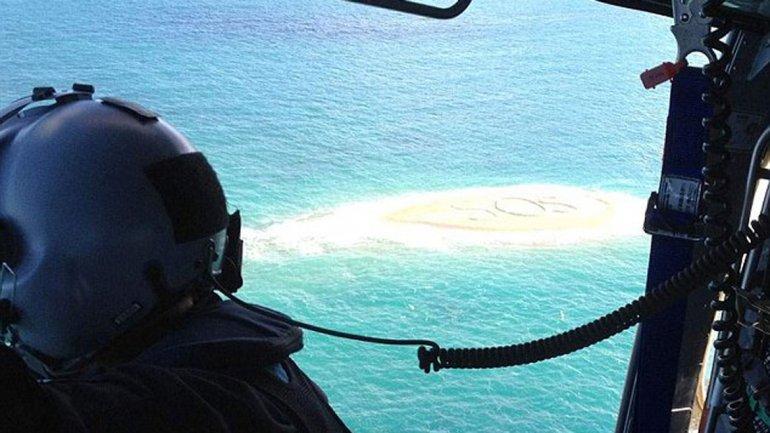 Los rescatistas avistaron el SOS gigante escrito en la arena