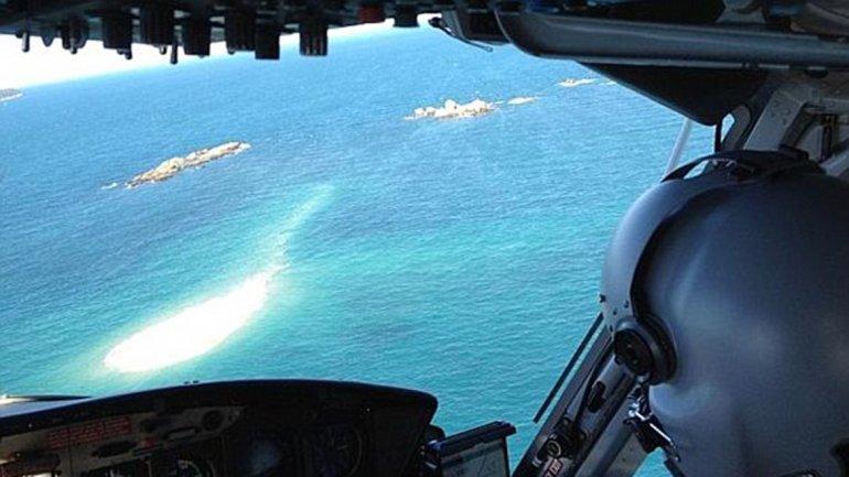 Un helicóptero se acerca al islote donde los náufragos quedaron varados