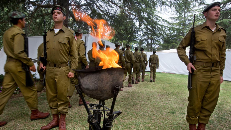 La ceremonia de encendido de antorchas en Israel, en el Monte Herzl, dio la señal para iniciar los festejos en todo el país. Desde el sur hasta el norte del joven Estado, miles de ciudadanos salieron a las calles para festejar un nuevo aniversario de la creación del Estado de Israel.