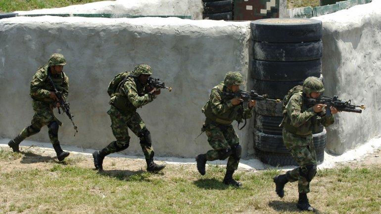 El ejército de Colombia se enfrentó a tiros a militares venezolanos que habrían irrumpido en territorio colombiano. No hay heridos