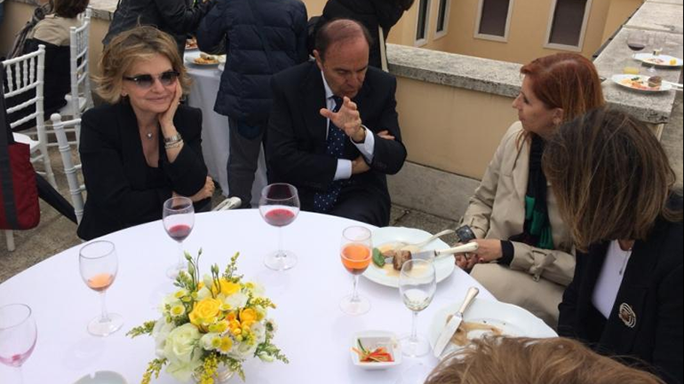 El periodista Bruno Vespa encabeza una de las mesas del banquete VIP en la terraza del Banco Vaticano