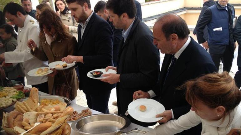 Los comensales disfrutraron de un lujoso buffet en la terraza del Banco Vaticano