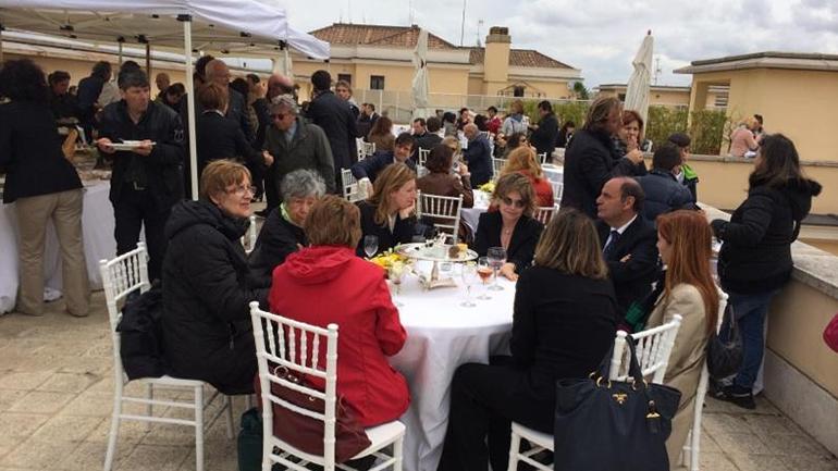 Comida y buena vista para ver la canonización papal desde la terraza del Banco Vaticano