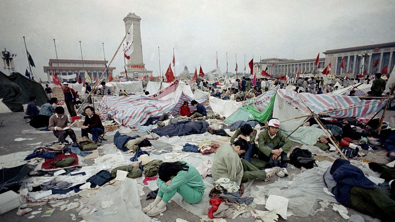 El 4 de junio de 1989, después de casi tres meses de manifestaciones impulsadas por estudiantes, obreros e intelectuales en la plaza principal de Pekín, el gobierno de Den Xiaoping dio la orden al Ejército de desalojar Tiananmen sin importar cómo fuera.