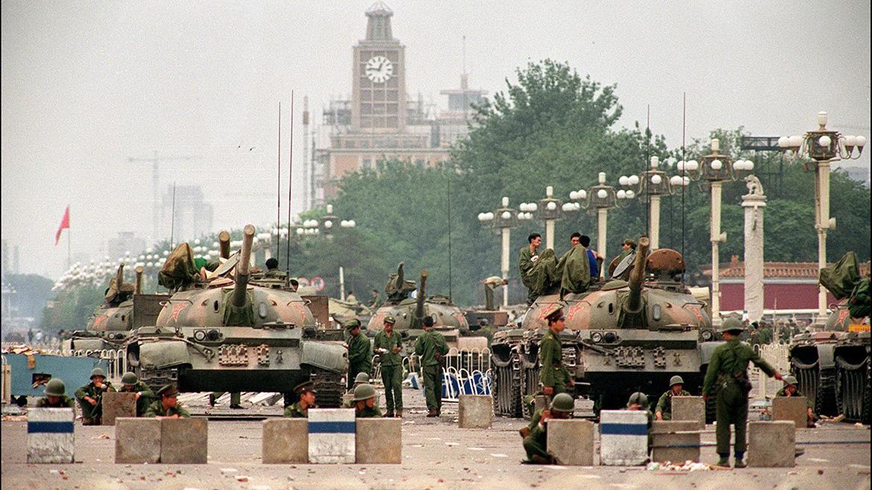 Los tanques del Ejército de Liberación Popular (PLA) sobre una estratégica avenida que lleva a la plaza de Tiananmen