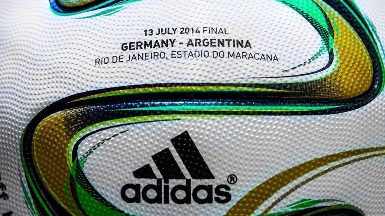 La fecha, debajo los equipos, y luego el escenario, estarán grabados en todas las Brazucas que se utilicen en el último partido del Mundial Brasil 2014. Adidas hace los balones mundialistas desde 1970
