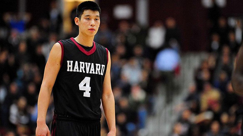 El jugador de la NBA Jeremy Lin se graduó de Harvard en 2010 en Economía. Anotó 1.483 puntos para el equipo de baloncesto de Harvard Crimson