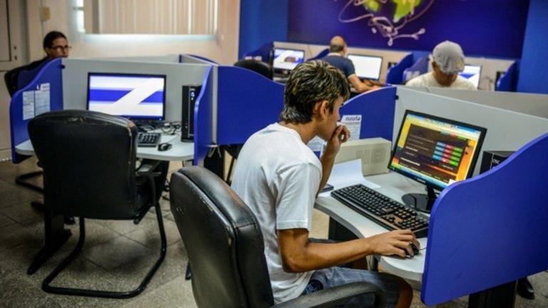 Sala pública de navegación de internet en Cuba