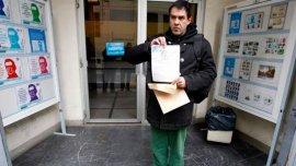El activista Juan Vaz tras incribirse en el Correo de Ciudad Vieja