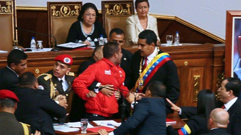 Quedó en libertad el hombre que se lanzó sobre Maduro en su asunción presidencial