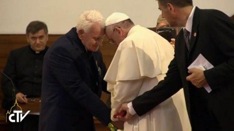 La historia de un sacerdote condenado a muerte que hizo llorar al Papa Francisco