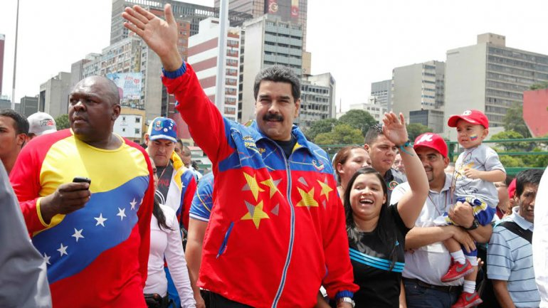 Maduro insiste con el boicot: arriban médicos extranjeros expertos en guerra bacteriológica