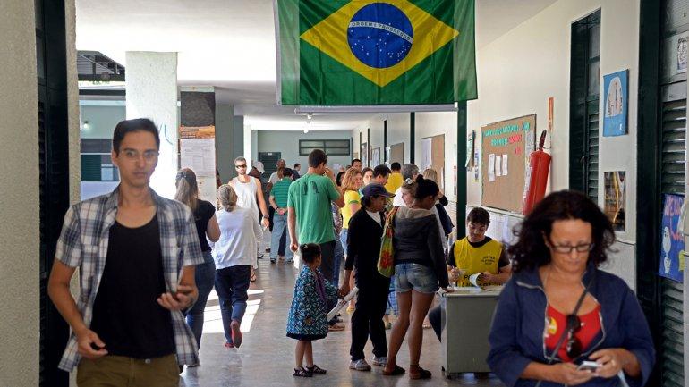 Un Brasil dividido va a las urnas a definir las elecciones más reñidas de la historia reciente