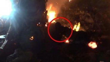Al incendiarse, miembros de ISIS corrieron al lugar para tomar las fotografías y publicaron las imágenes remarcando la posición del piloto