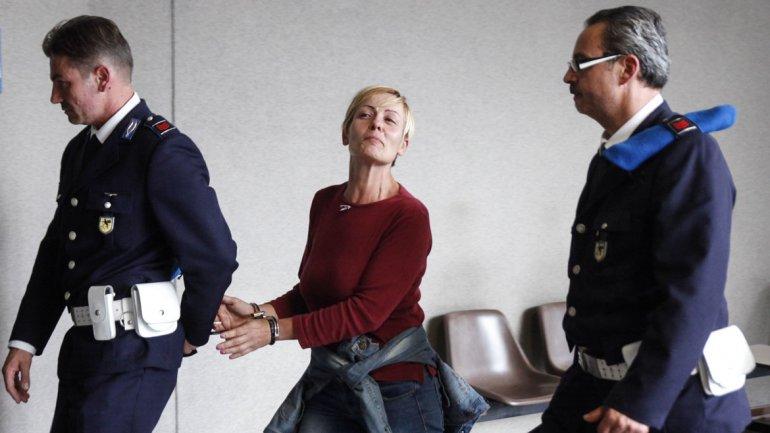 El arresto de Poggiali, que mira desafiante a los fotógrafos
