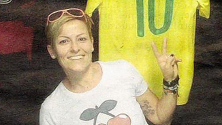 Poggiali posa con una camiseta de la selección de Brasil a sus espaldas