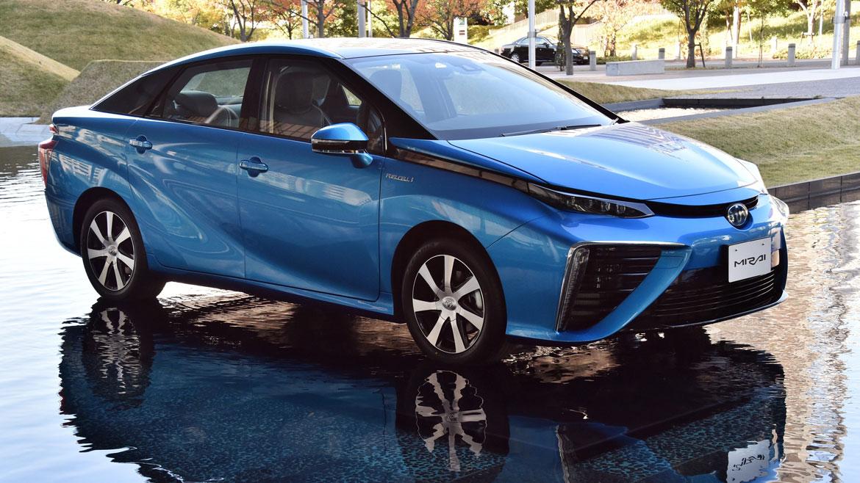 Toyota saca a la venta el primer auto que funciona con hidrógeno