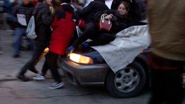 El momento en que la manifestante es arrollada por el vehículo