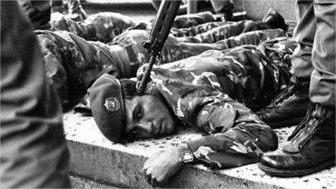 Venezuela Inmortal recopiló las fotos de Grupo UN y aportó la información de los epígrafes.El teniente Jesse Chacón es capturado luego de haber tomado el canal 8 Venezolana de Televisión