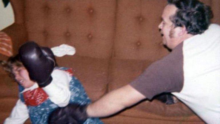 Estos son mi hermana mayor a los 12 años y mi padre. Ella recibió guantes de boxeo como regalo de Navidad y pensó que sería buena idea desafiar a nuestro padre. Como se ve, no fue tan buena idea, contó Danielle, que compartió la foto
