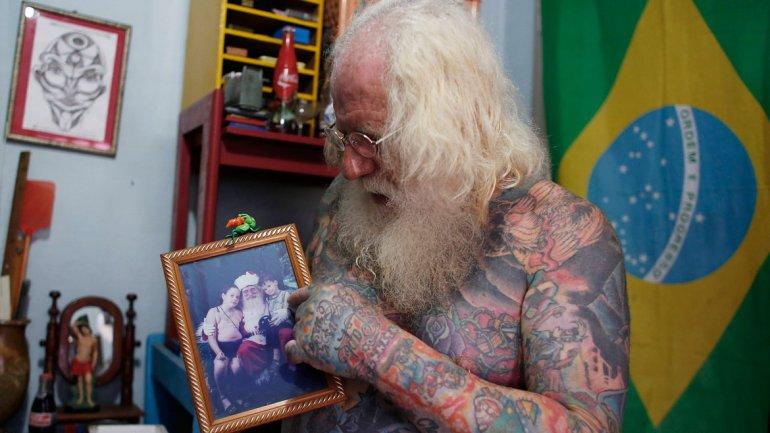 Fotos do Papai Noel brasileiro com tatuagem